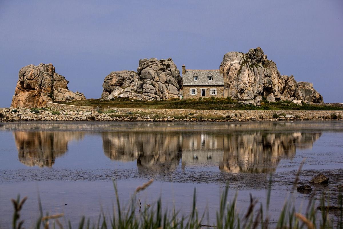 Plougrescant la maison entre les deux roches juzaphoto - Maison entre deux rochers ...